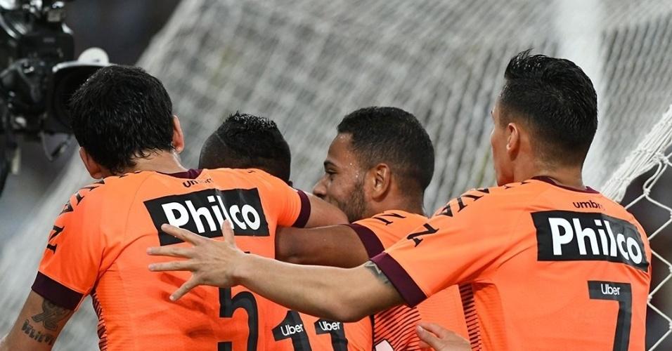 Jogadores do Atlético-PR comemoram gol de Nikão