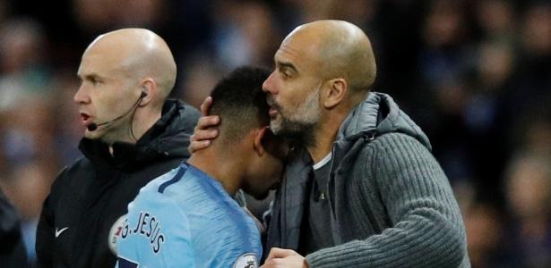 Gabriel Jesus abraça Guardiola ao ser substituído; ex-palmeirense passou em branco