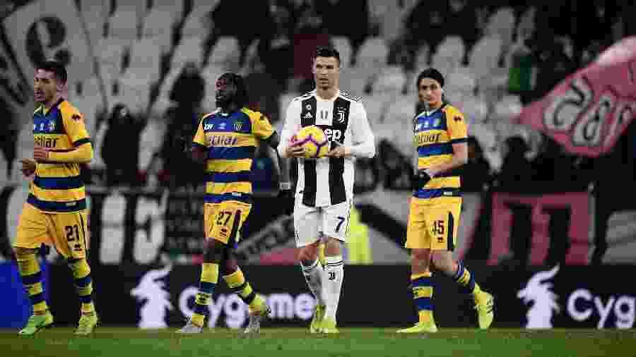 Cristiano Ronaldo segura bola com as mãos na partida Juventus x Parma - Marco Bertorello/AFP