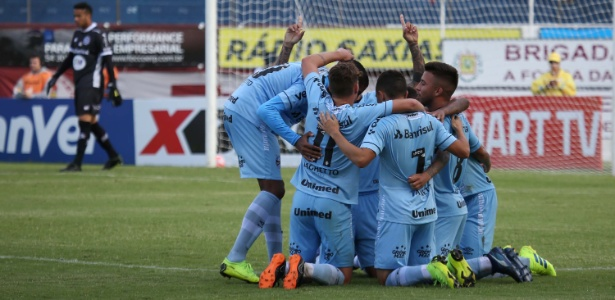 Jogadores do Grêmio comemoram gol da equipe contra o Caxias - Lucas Erbes/Estadão Conteúdo