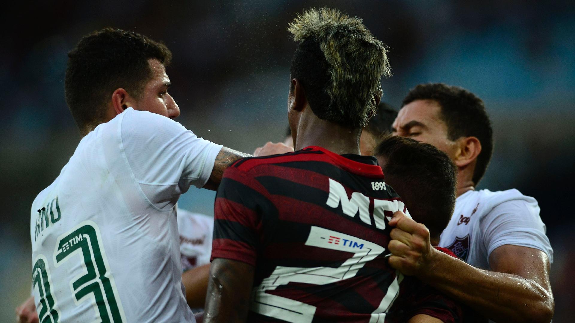 Jogadores brigam durante Flamengo x Fluminense