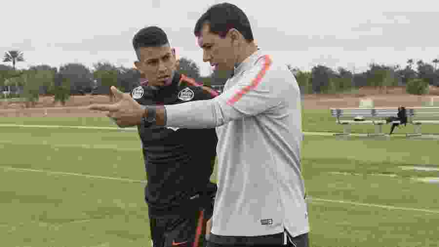 Lucca conversa com Carille durante passagem anterior pelo Corinthians - Daniel Augusto Jr./Ag. Corinthians