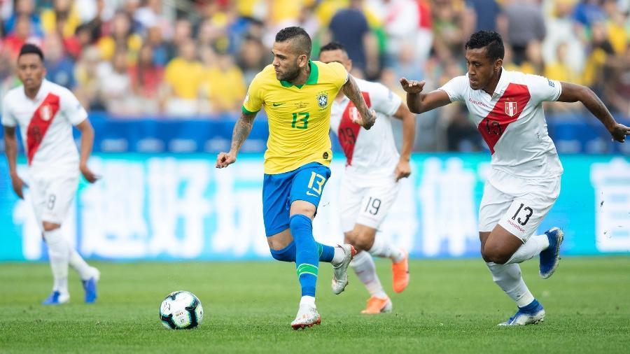 Daniel Alves supera a marcação peruana na goleada do Brasil por 5 a 0 na primeira fase da Copa América - Lucas Figueiredo/CBF