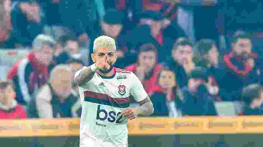 Na Arena da Baixada, Gabigol comemora após marcar para o Flamengo contra o Athletico-PR pela Copa do Brasil - Jason Silva/AGIF