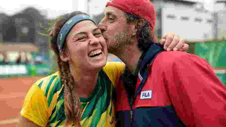 A tenista Carol Meligeni, bronze em Lima, e seu tio e também medalhista do Pan, Fernando. A Record motrou reportagem sobre a família de tenista, mas não mostrou a partida decisiva da atleta nos Jogos - Alexandre Loureiro/COB