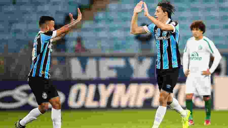 Geromel (à direita na foto) retoma a braçadeira no Grêmio - Pedro H. Tesch/AGIF