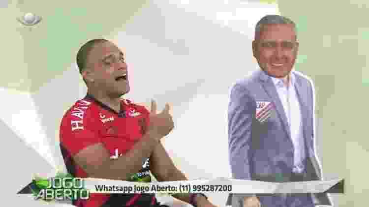 Denílson cumpre promessa e veste camisa do Athletico-PR - Reprodução/TV Bandeirantes