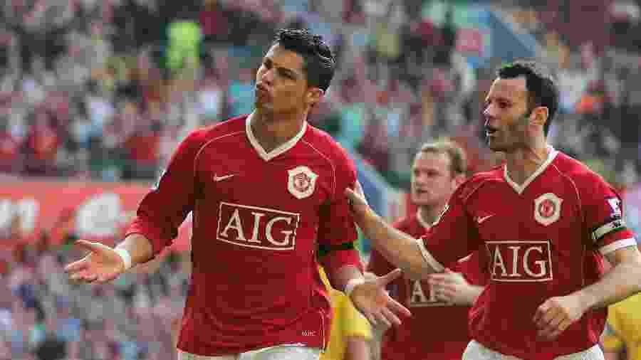 Cristiano Ronaldo comemora com Giggs após marcar para o Manchester United - Matthew Peters/Manchester United via Getty Images