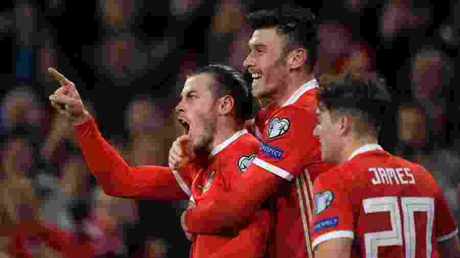 Gareth Bale (à esquerda) comemora após marcar para País de Gales nas Eliminatórias para a Eurocopa - Harry Trump/Getty Images