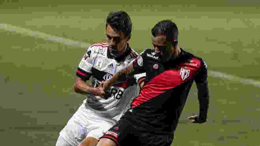 Rodrigo Caio e Ferrareis disputam bola durante Atlético-GO x Flamengo, pelo Brasileirão 2020 - Heber Gomes/AGIF