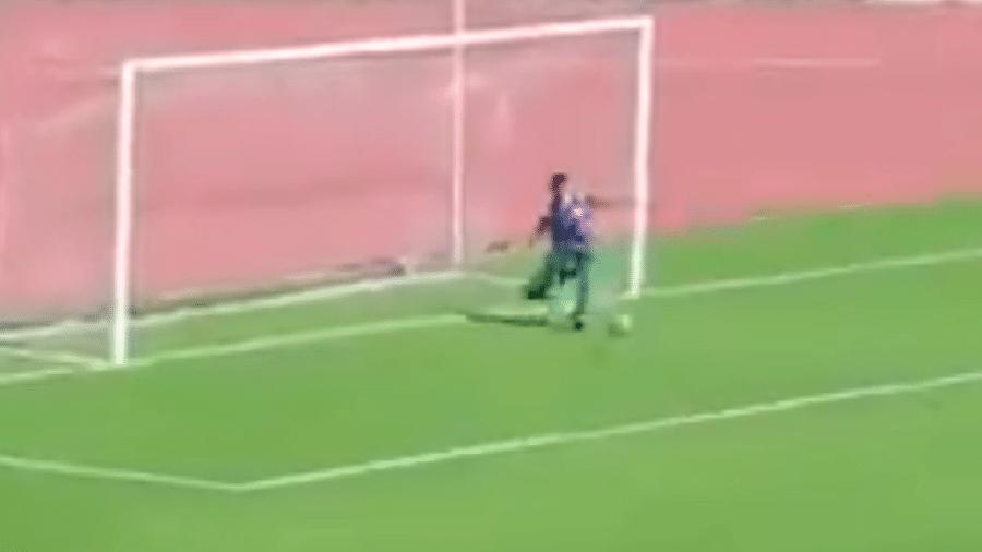 Menino não titubeou em salvar a bola em cima da linha - Reprodução/Twitter/@IshaqChebli