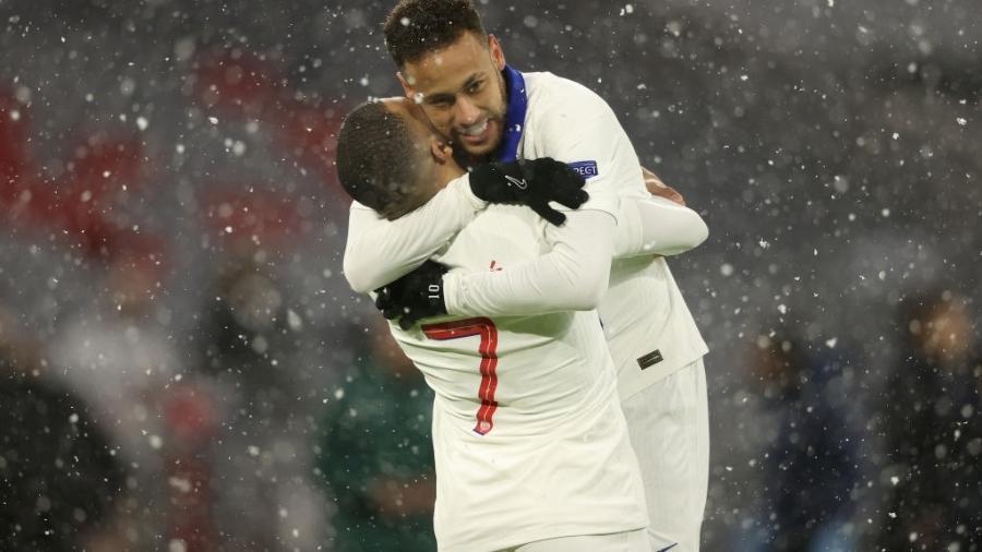 Kylian Mbappe e Neymar comemoram o gol do francês contra o Bayern de Munique - Alexander Hassenstein/Getty Images