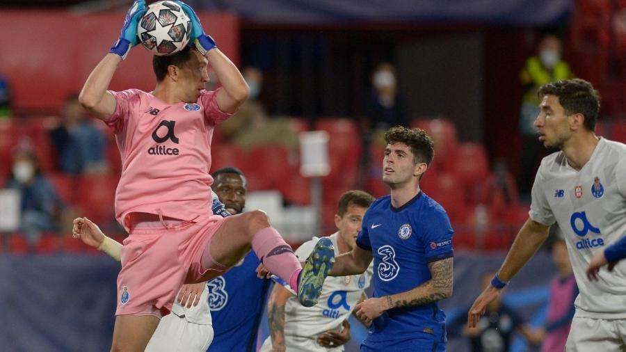 Marchesín faz defesa durante Chelsea e Porto pela Liga dos Campeões - CRISTINA QUICLER / AFP