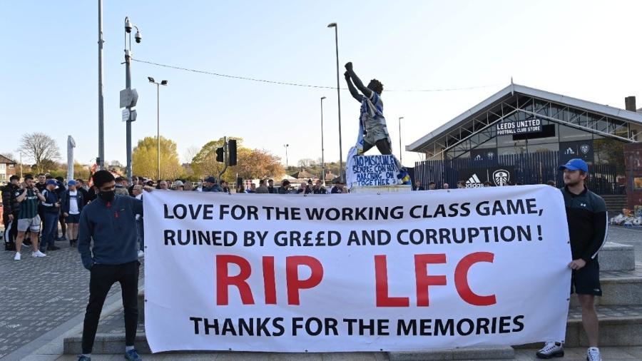 Torcedores do Leeds United seguram uma faixa contra a criação da Superliga Europeia - Photo by Paul ELLIS / AFP