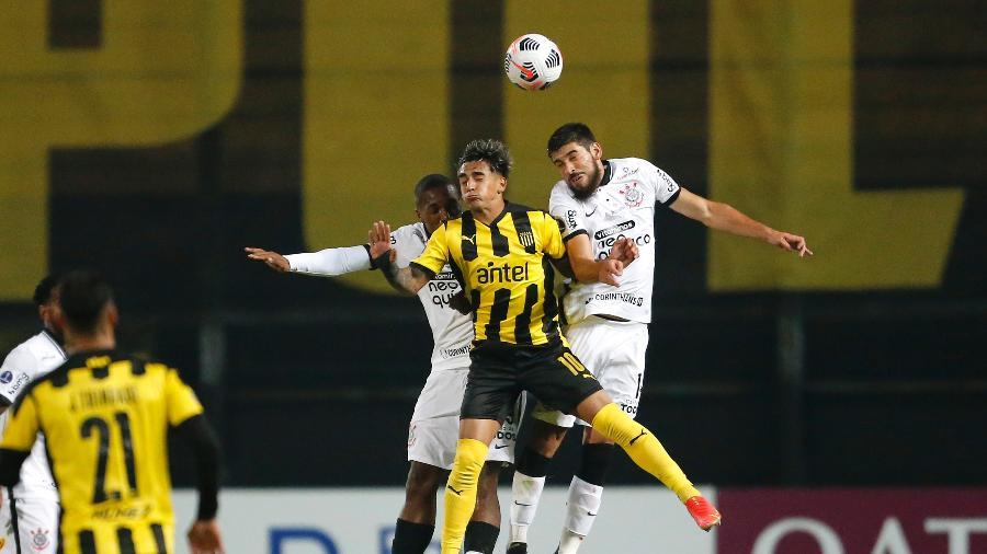 Jogadores de Corinthians e Peñraol disputam bola em partida da Sul-Americana  - Mariana Greif - Pool/Getty Images