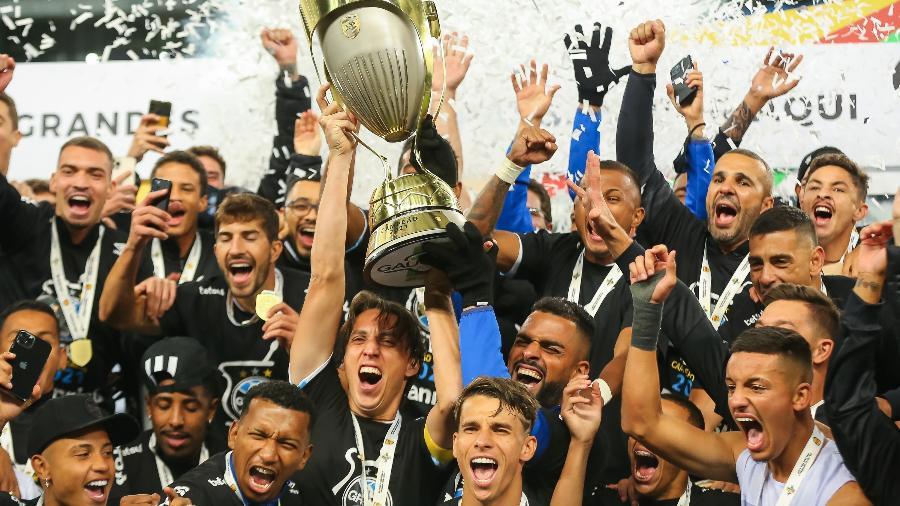 Elenco gremista celebra com a taça o título do Campeonato Gaúcho 2021 - Pedro H. Tesch/Pedro H. Tesch/AGIF