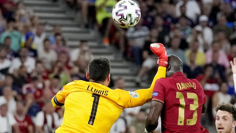 Lloris acerta soco em Danilo Pereira em disputa durante Portugal x França, pela Eurocopa - Pool via REUTERS