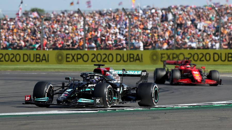 Lewis Hamilton ultrapassa Charles Leclerd  a três voltas do final e vence o GP de Silverstone de Fórmula ! - REUTERS/Peter Cziborra