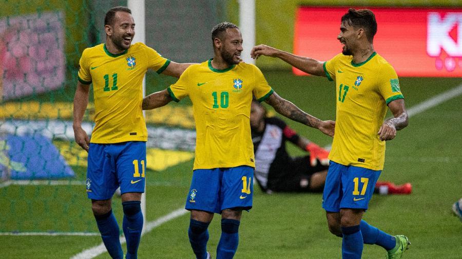 Neymar comemora gol do Brasil contra o Peru pelas Eliminatórias com Everton Ribeiro e Lucas Paquetá - Celio Junior/AGIF