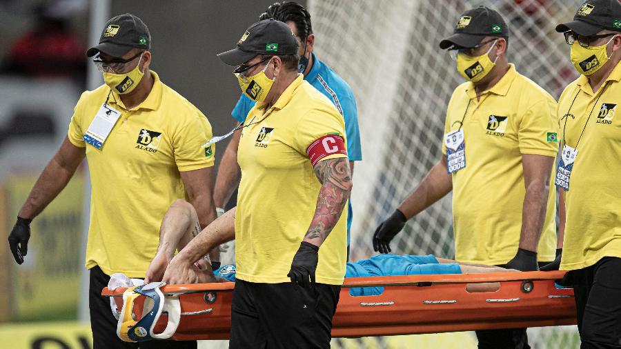 Goleiro Gabriel Chapecó, do Grêmio, se chocou com o companheiro de time Ruan e precisou deixar a partida na ambulância - Jorge Rodrigues/AGIF