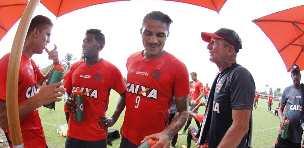 Cuéllar (e) e Guerrero (centro) podem desfalcar o Flamengo por dois meses em 2016 - Gilvan de Souza/ Flamengo