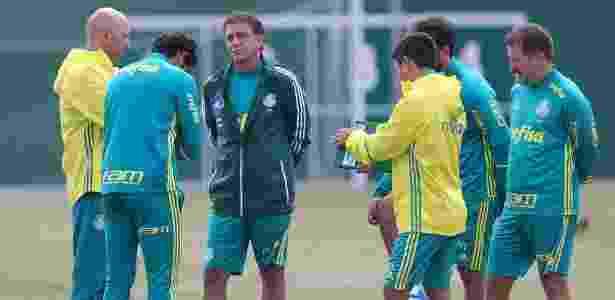 Cuca conversa com outros integrantes da comissão técnica do Palmeiras - Cesar Greco/Ag Palmeiras