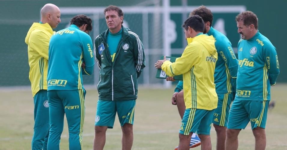 Cuca conversa com outros integrantes da comissão técnica do Palmeiras