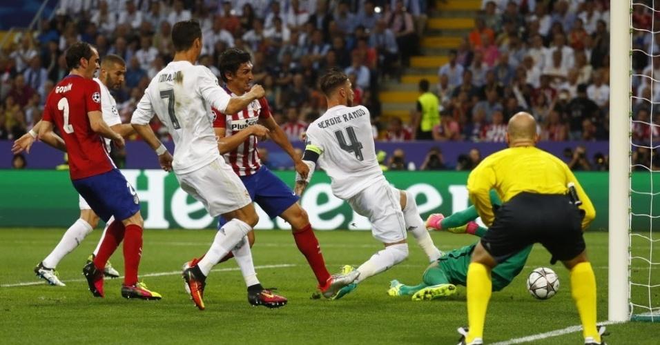 Após desvio de cabeça de Gareth Bale, Sergio Ramos completa para fazer 1 a 0 para o Real Madrid contra o Atlético de Madri