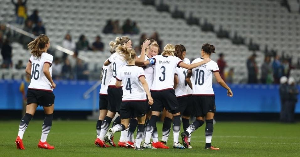 Jogadoras da Alemanha comemoram o terceiro gol contra o Zimbábue, marcado pela meia Melanie Behringer