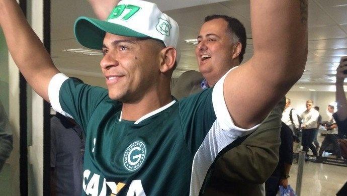 Walter chega a Goiânia para assinar com o Goiás
