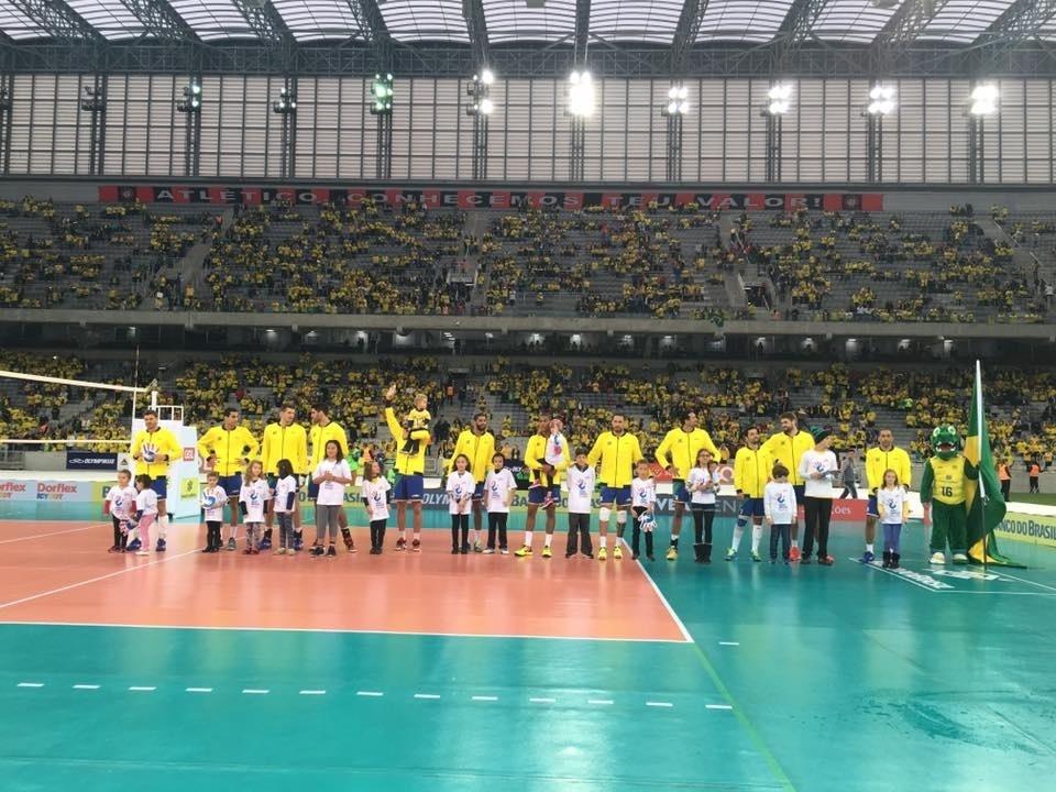seleção de vôlei masculino em jogo na Arena da Baixada
