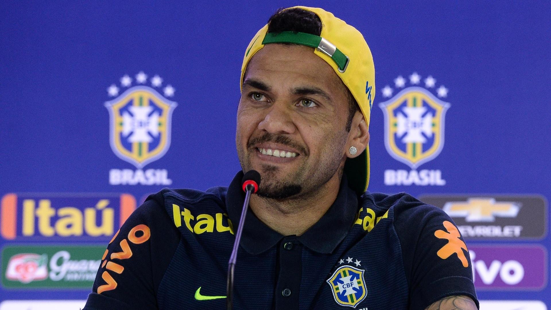 Daniel Alves concede entrevista coletiva na seleção brasileira