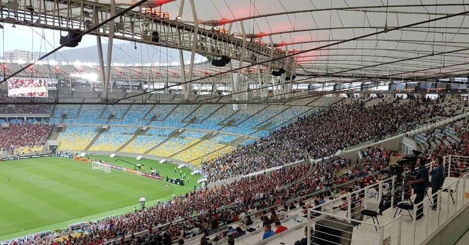 Clarão na arquibancada do Maracanã durante clássico entre Flamengo e Botafogo