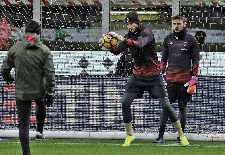 Gianluigi Donnarruma, goleiro do Milan, realiza aquecimento antes de partida contra o Cagliari