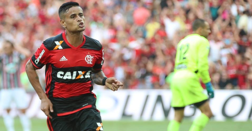 O meia Everton comemora o gol marcado na vitória do Flamengo sobre o Fluminense