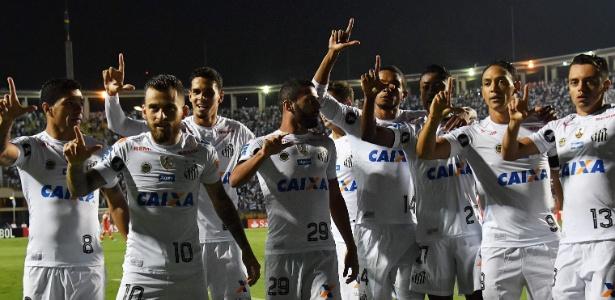 Jogadores do Santos comemoram primeiro gol do Santos no Pacaembu