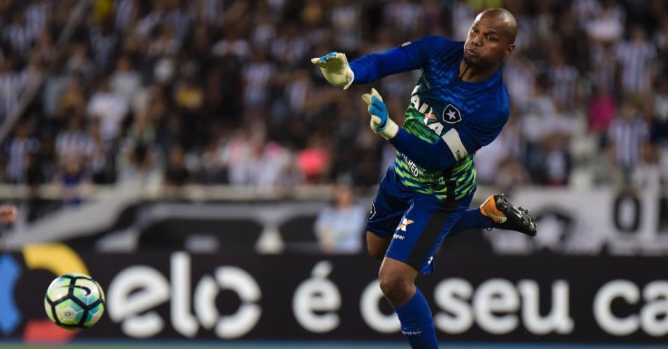 Jefferson salta para tentar defesa pelo Botafogo contra o Atlético-MG