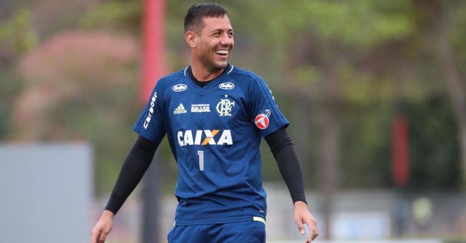 Diego Alves sorri durante treinamento do Flamengo no CT Ninho do Urubu