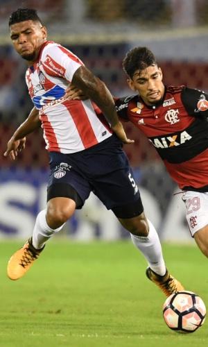 Rafael Perez, do Junior, divide a bola com Lucas Paquetá, do Flamengo
