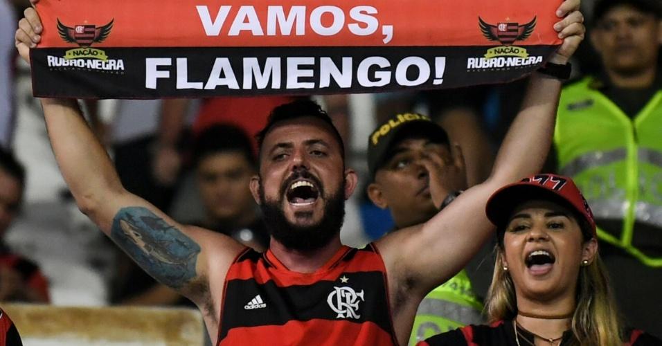 Torcedor do Flamengo tenta motivar o time em Barranquilla