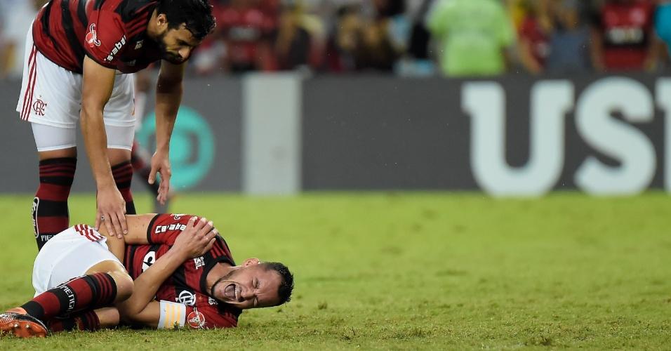 Zagueiro Rever sente o ombro no jogo Flamengo x Vasco pelo Campeonato Brasileiro 2018
