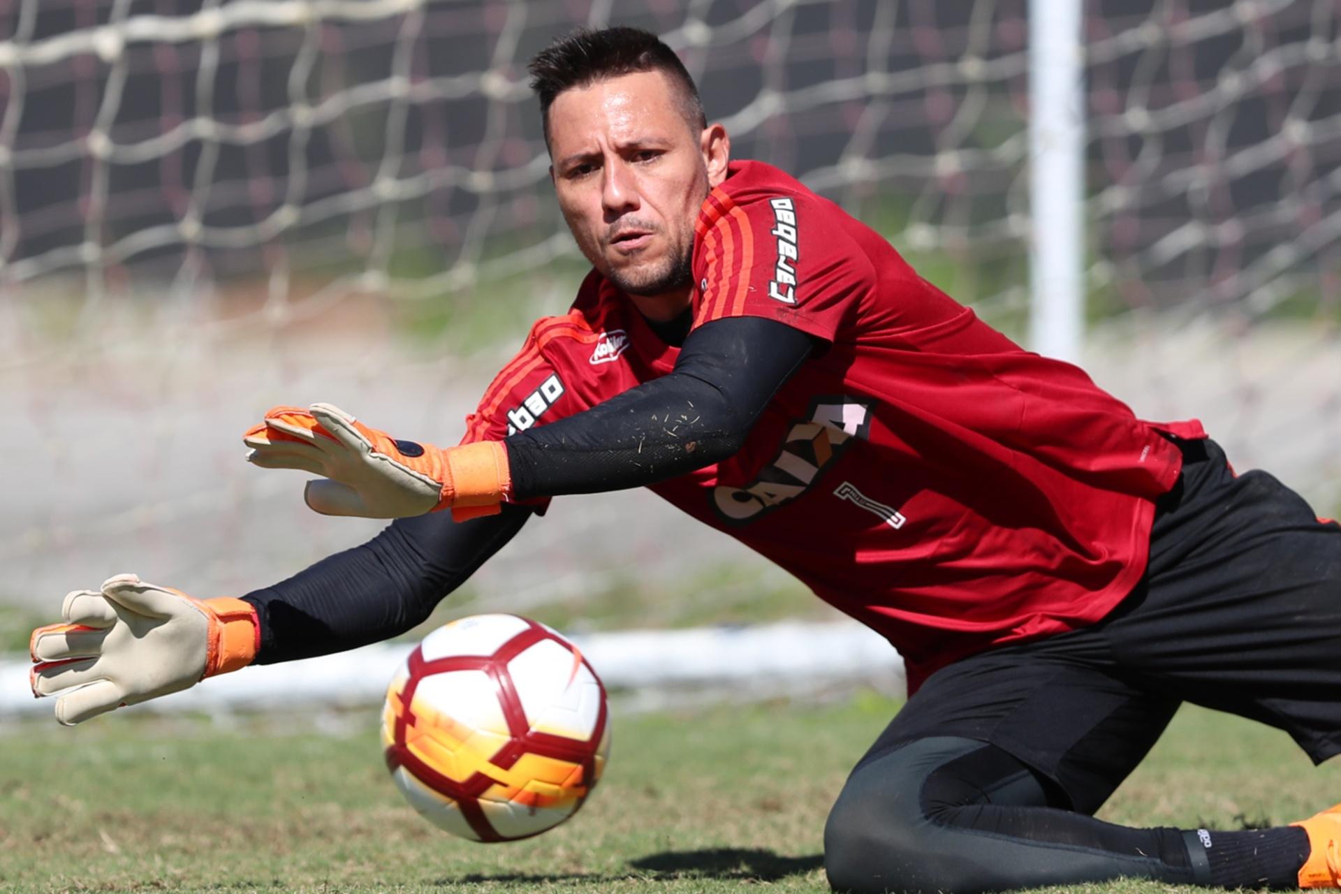 Diego Alves e Dorival batem boca e são separados por jogadores no Flamengo  - 01 11 2018 - UOL Esporte 07a2ea98a5be4