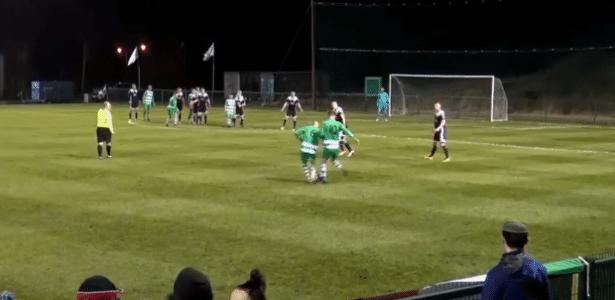 Momento em que os jogadores do Killarney protagonizaram o lance curioso - Reprodução