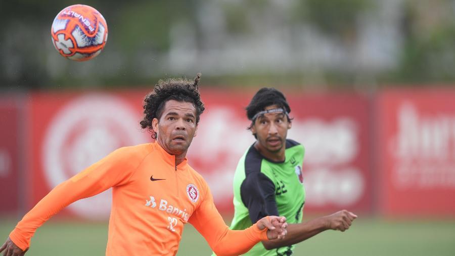 Camilo tenta domínio em jogo-treino do Internacional. Meia foi relacionado - Ricardo Duarte/Inter