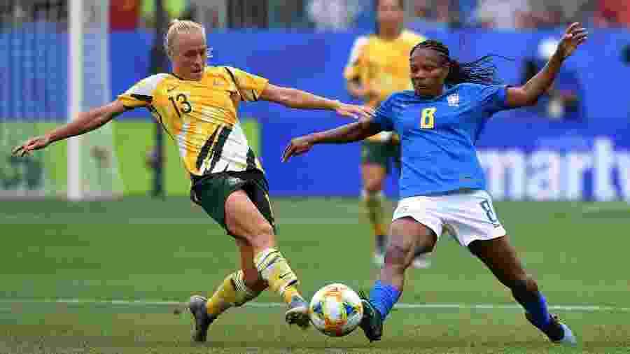 Formiga disputa a bola com a australiana Tameka Yallop durante jogo da Copa do Mundo feminina - Pascal Guyot/AFP
