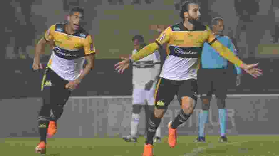 Leo Gamalho comemora após marcar para o Criciúma na partida contra o Coritiba - Lucas Colombo/AGIF