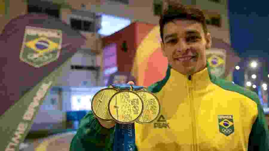 O ginasta Chico Barretto exibe as três medalhas de ouro que conquistou em Lima - Washington Alves/COB