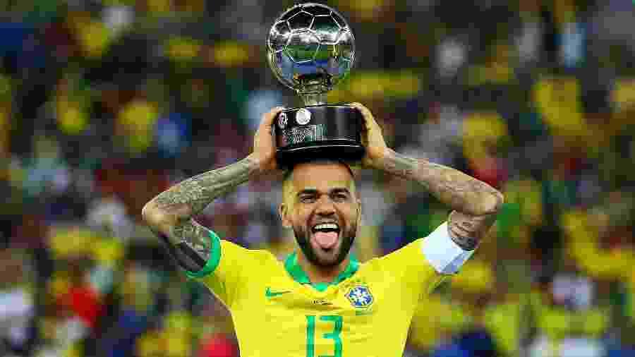 Reforço do São Paulo até o fim de 2022, Daniel Alves foi eleito o melhor jogador da última Copa América (foto) - Chris Brunskill/Getty Images