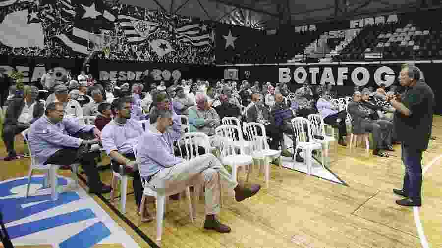 Carlos Augusto Montenegro explica aos conselheiros do Botafogo o projeto do clube-empresa - Vitor Silva/Botafogo