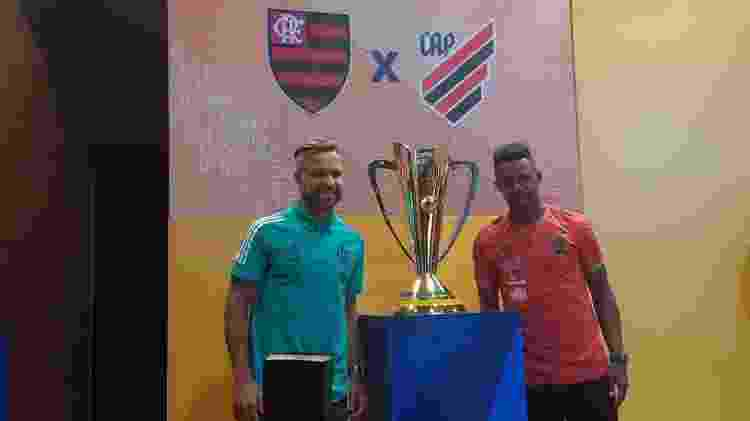 O meia Diego, do Flamengo, e volante Wellington, do Athletico-PR, ao lado da taça da Supercopa do Brasil - Leo Burlá / UOL - Leo Burlá / UOL
